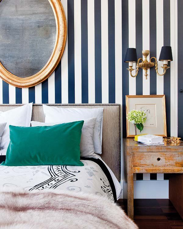 Striped wallpaper in the bedroom