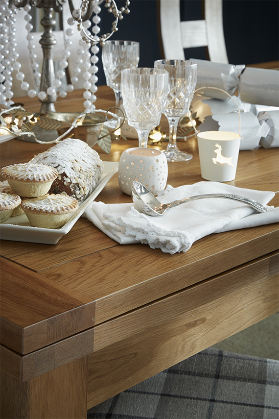 Sophisticated and Dramatic Christmas Decor Dining Table