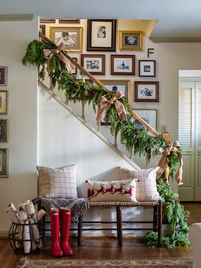 Christmas-Staircase-Decorating-with-Garland